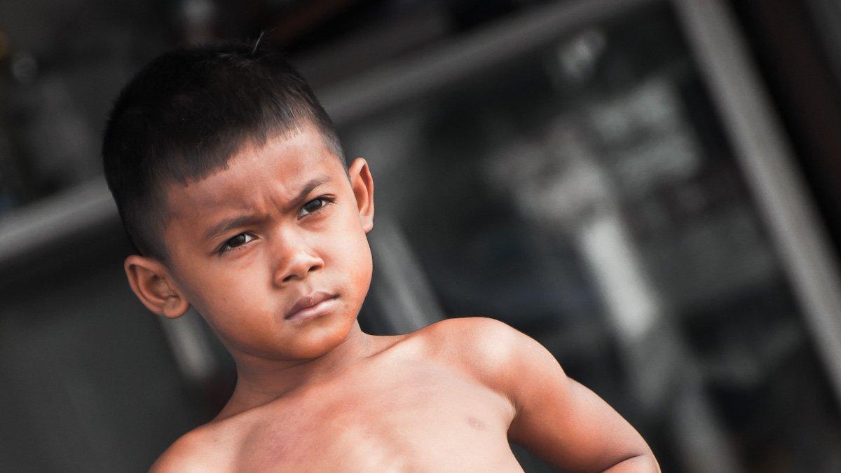 kleiner Junge im Fischerdorf